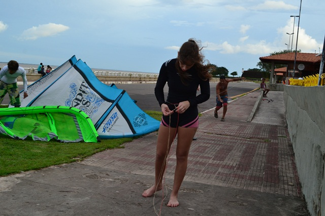 Beatriz e uma das tarefas  que exigem mais paciência: desembaraçar as cordas da vela