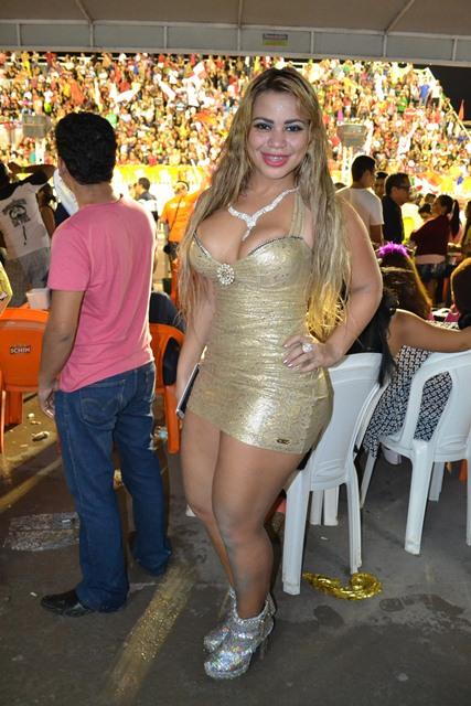 Já Adriele Castro estava olhando as concorrentes. A loira de 22 anos, foi  destaque da escola Império do Povo.