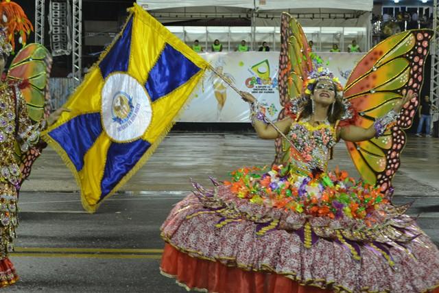 Adrienne Pantoja, porta-bandeira da escola Império da Zona Norte cativou o público com sua simpatia, levando aplausos infindáveis do público.