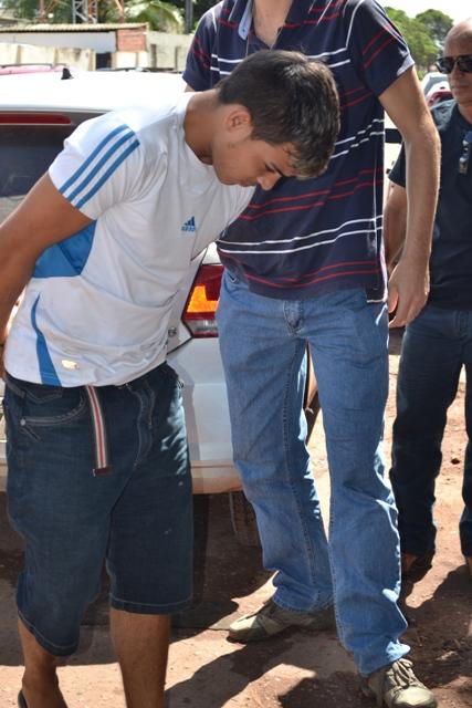 André Felipe sendo conduzido por policiais, Motivo do crime seria o envolvimento dele em outro assassinato