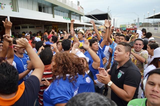Torcida e carnavalescos da escola comemoram o retorno ao Grupo Especial
