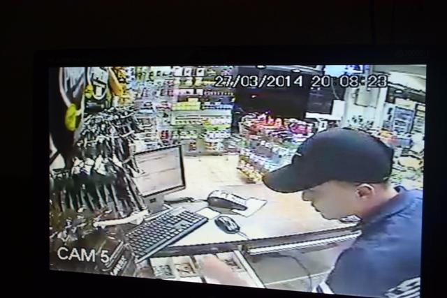 Paulo Marcos em ação limpando o caixa da farmácia