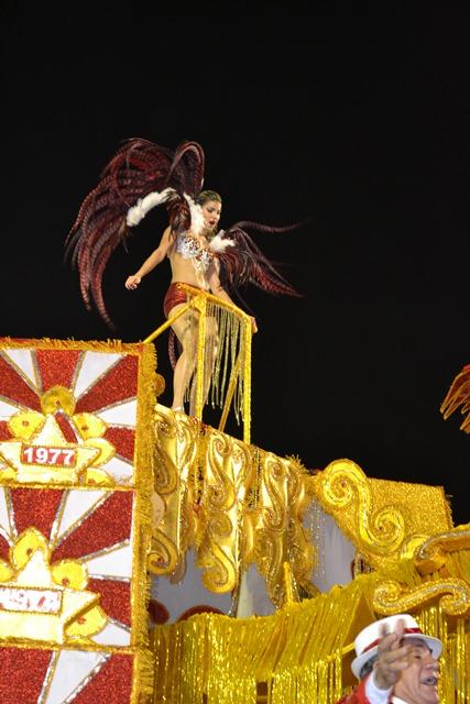 """A destaque no carro abre alas """"Voo da Boemia"""", da Boémios do Laguinho, não perdeu a pose, levantando a galera com seu samba e rebolado."""