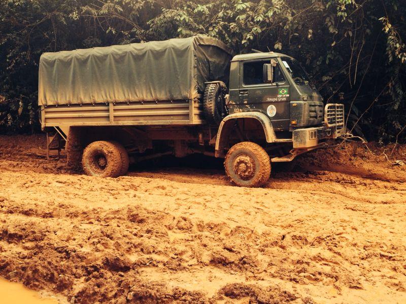 Apenas um caminhão do Exército está ajudando os  motoristas