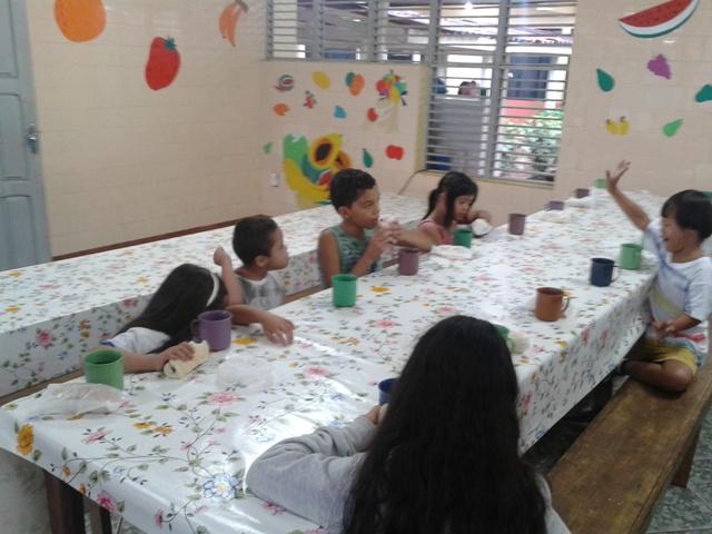 Momento de descontração no refeitório infantil da Apae