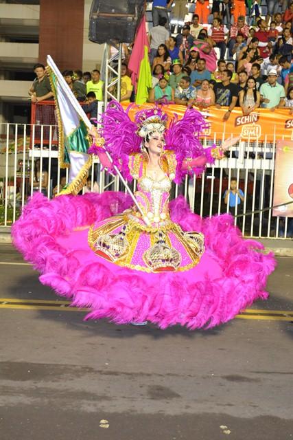 Com muitos assobios e gritos do público masculino, Natasha Dias, a rainha de bateria da escola Império do Povo exibiu toda sensualidade e suas belas formas.