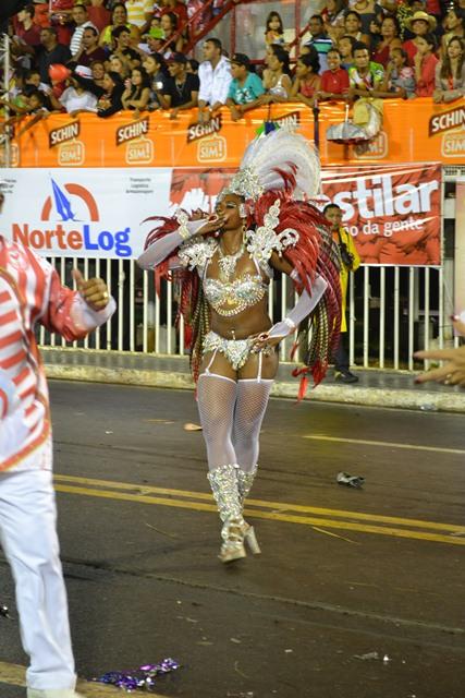 Distribuindo beijos para o público Nega Vânia encantou. A rainha de bateria da Boémios do Laguinho já é conhecida na passarela do samba. Por onde a morena passava o público masculino ao delírio.