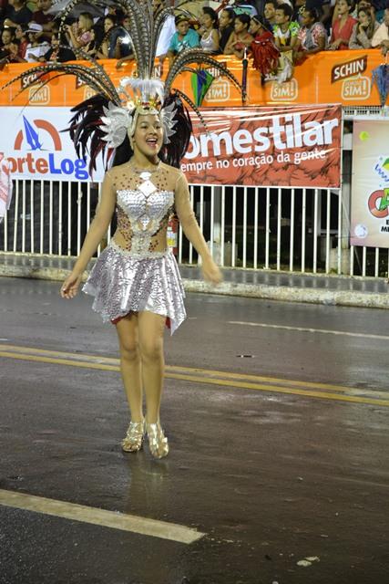 A comissão de frente da escola Boémios do Laguinho não fez feio, a Carolina foi destaque na avenida sensualizando com suas belas curvas.