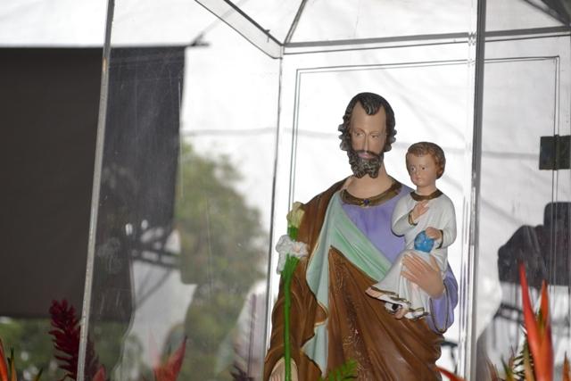 Imagem de São José carregada até a igreja