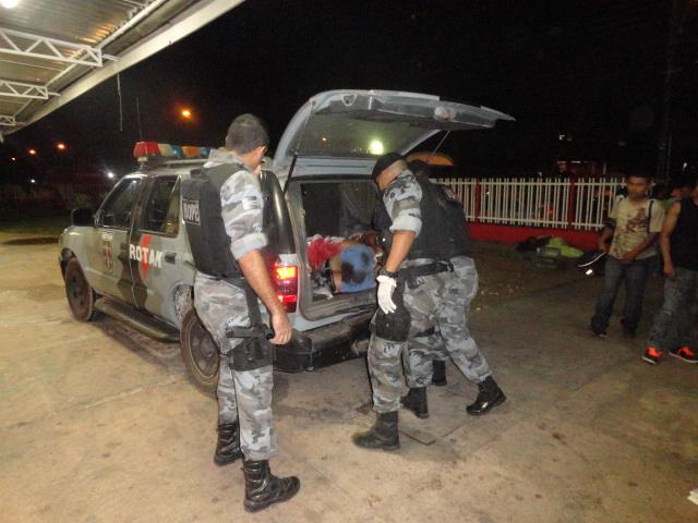 Policiais do Bope socorrem criminosos ferido em confronto