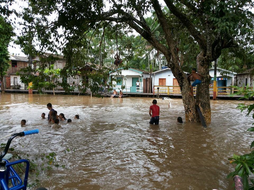Rio Marajozinho invadiu boa parte da orla de Afuá. Nada que deixe a criançada triste