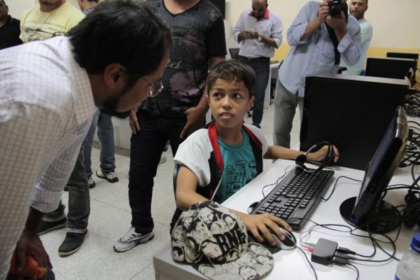 Camilo Capiberibe conversa com aluno no laboratório da nova escola Josefa Jucileide: Imagem