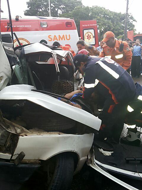 Equipe de socorro teve dificuldades para retirar o motorista das ferragens