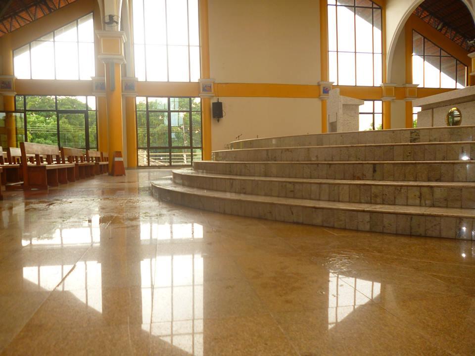 Altar molhada com a água da chuva. Problema se arrasta há pelo menos 3 anos.