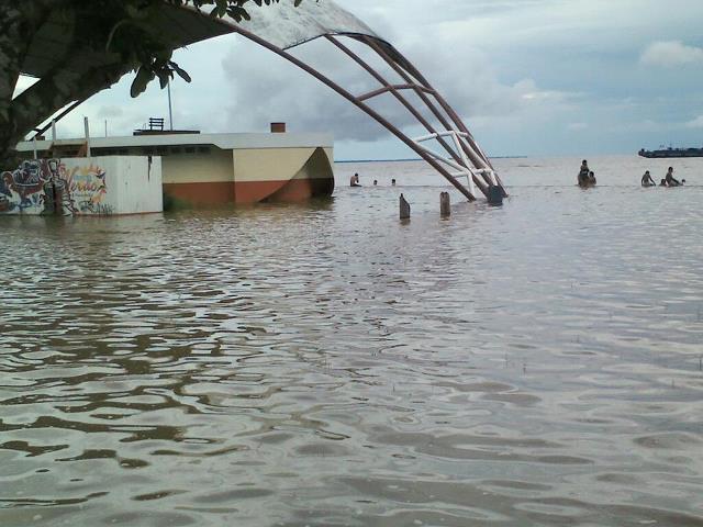 Balneário de Fazendinha no fundo com a maré do Amazonas num mês de março. Foto: Edson Maia