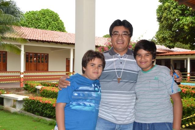 Edinaldo Cabral - Consultor de vendas, ao lado filhos Daniel  (maior) e Victor.