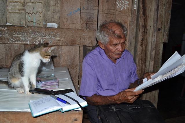 Simãozinho recita poemas de sua autoria em entrevista para o portal SELESNAFES em 2014. Foto: Anderson Calandrini