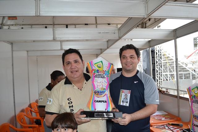 presidente da Boêmio e Jean Alex, coordenador de eventos do Governo do Estado com a taça de 2014