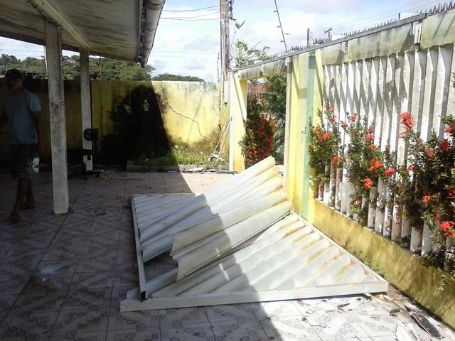 Portão de uma casa foi derrubado