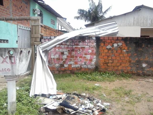 Pedaços do telhado da escola foram parar na rede de alta tensão