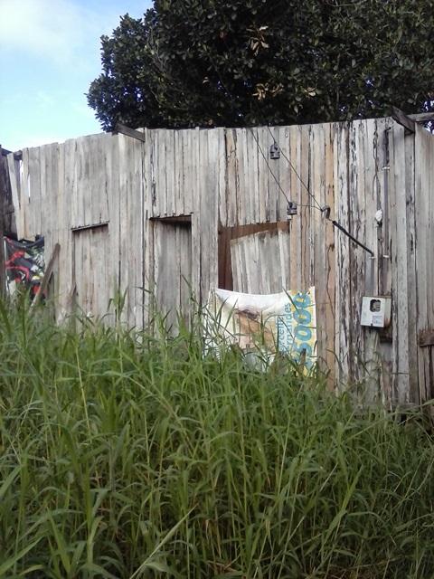 Casa em que a idosa morava sozinha. Na foto acima a cama em que a vítima foi assassinada.
