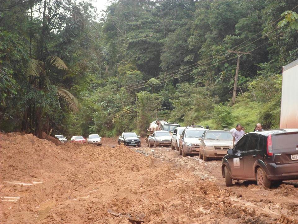 Fila de carros parados à espera de auxílio