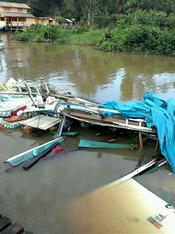 Barco partiu ao meio e afundou