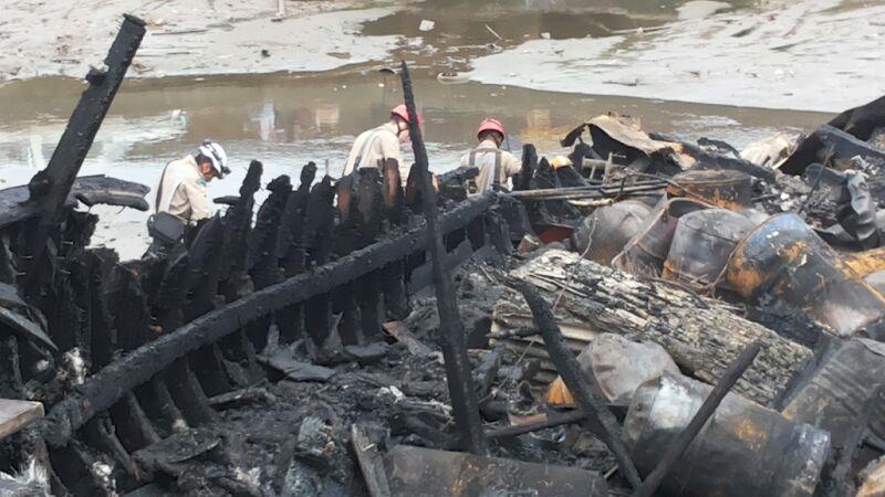 Bombeiros procuram entre os destroços partes de uma possível vítima