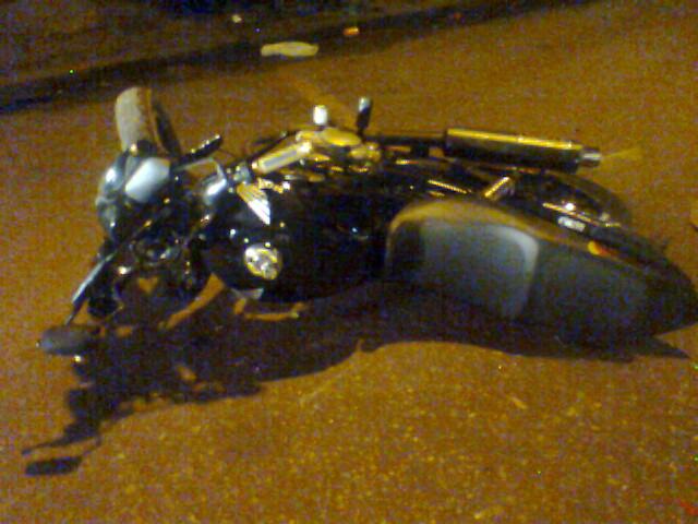 Moto onde estava a menina de 15 anos arremessada. Morte instantânea