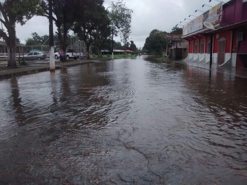 Sessenta casas foram invadidas pelas água e o número continua subindo