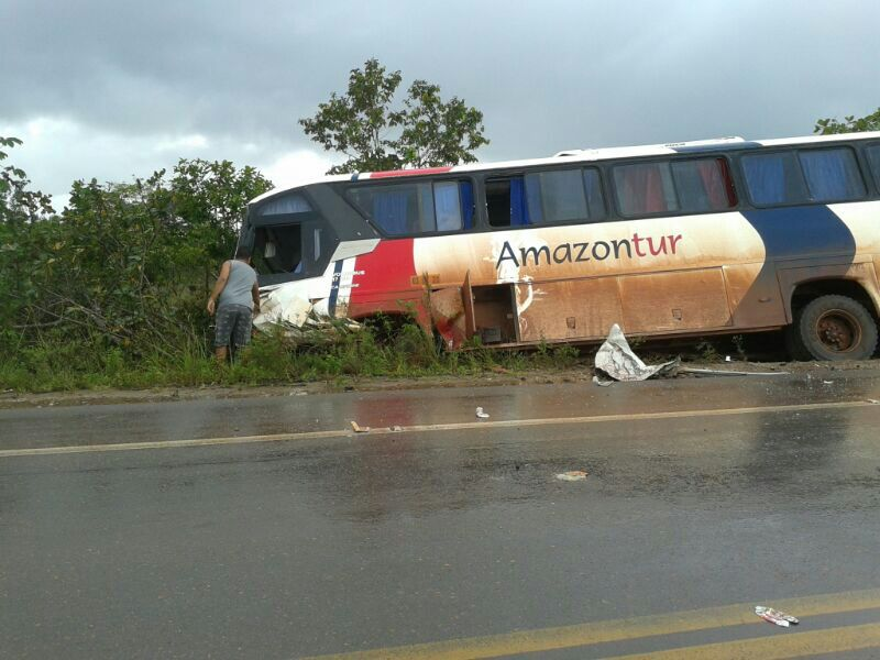 Dois passageiros do ônibus ficaram feridos