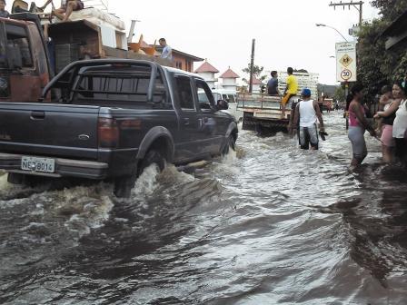 A última enchente ocorreu em 2010. Mais de 3 mil pessoas tiveram que sair de suas casas