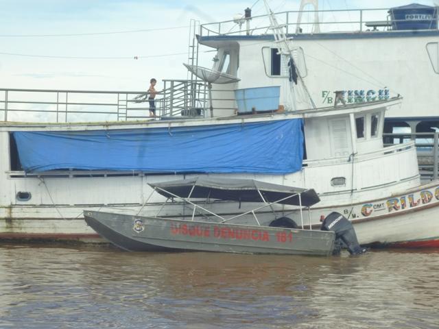 Lancha da Polícia Civil do Pará ao lado do barco usado como apoio, mas também contratado pela PC paraense. Foto: Ascom/Sejusp
