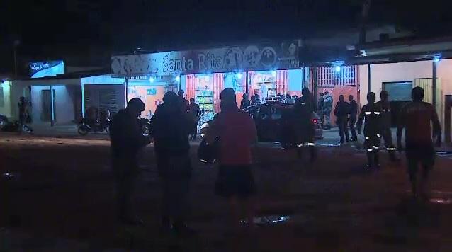 Panificadora fica na Avenida Cora de Carvalho foi invadida por volta de 21 horas. Foto acima mostra negociação entre policiais e o adolescente armado com reféns