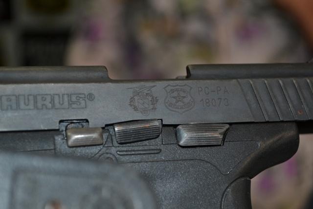Um das três pistolas apreendidas. No detalhe a sigla PC-PA (Polícia Civil do Pará)