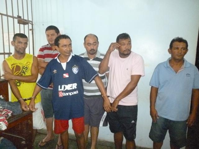 Na foto os três algemados são os acusados de serem comparsas. Atrás, sem algemas, os policiais paraenses.