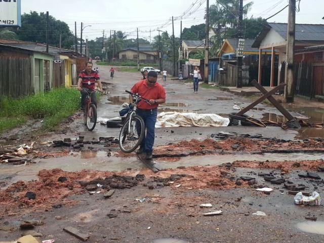Moradores cavaram vala no Bairro Nova Esperança para a água escoar: solução