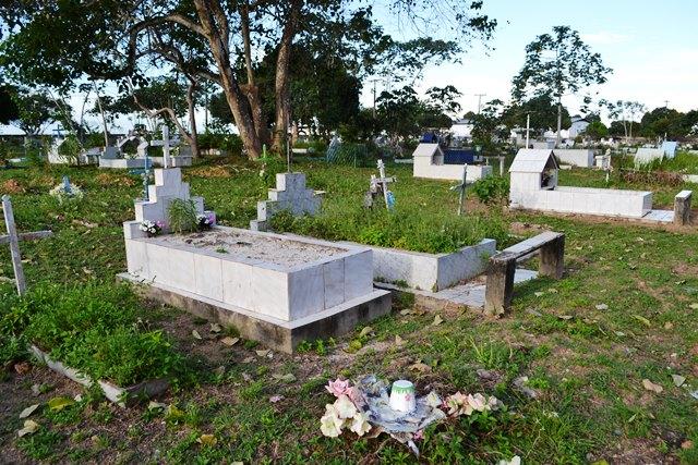 Outro vigilante disse ter visto uma menina correndo atrás de um gato entre as sepulturas, isso de madrugada