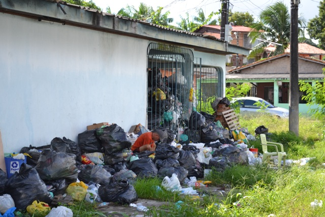 Prefeitura alega precisar de permissão para recolher o lixo no interior da residência