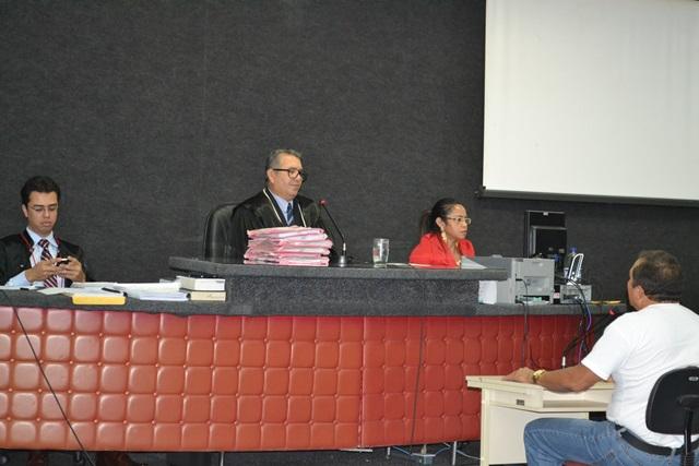 Juiz Nazareno Roussen conduz o julgamento.