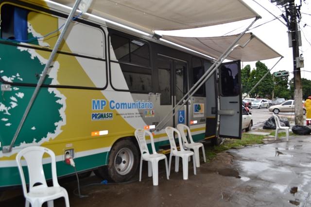Ônibus do MP Comunitário está estacionado próximo ao HE