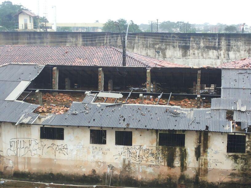 Telhado destruído nas celas onde ficam os acusados de estupro