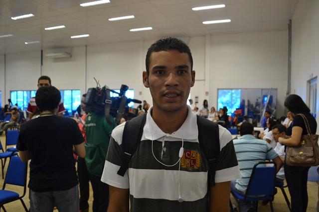 """Mário da Silva, de 19 anos, já procurou 3 empresas: """"sempre dizem que vão me ligar"""""""
