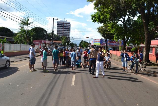 Cerca de 30 pessoas, entre pacientes e parentes, fizeram protesto contra a demora das cirurgias