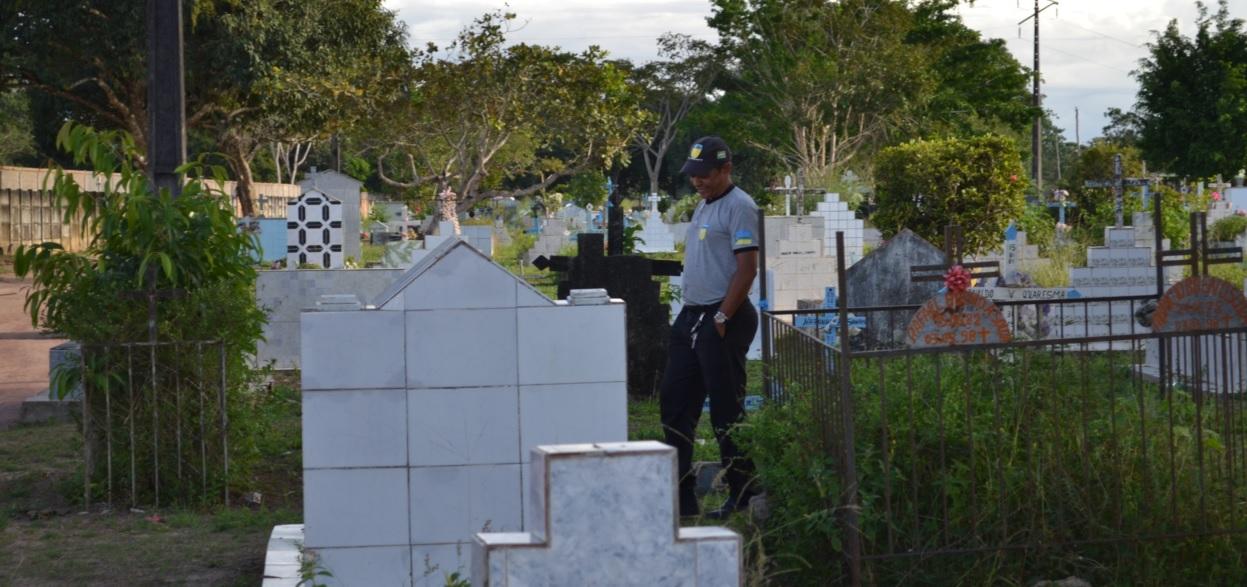 """Vigilante Nilson relata que o cemitério é usado como palco de """"despachos"""""""