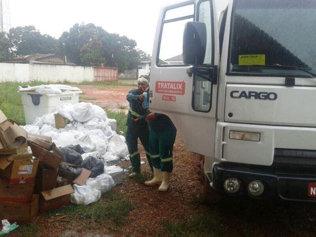 No início da tarde lixo começou a ser recolhido, mas regularização do serviço vai demorar uma semana