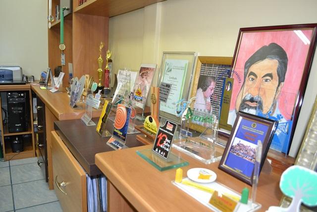 No escritório, no prédio da Diário, lembranças e premiações ao longo da carreira