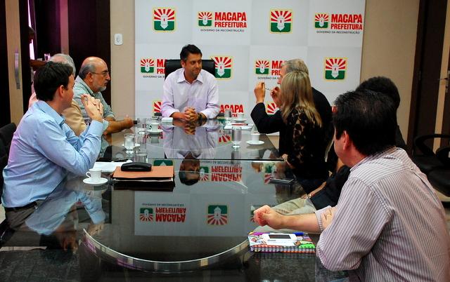 Prefeito Clécio Luiz em reunião com representantes da empresa que financiará o projeto de restruturação