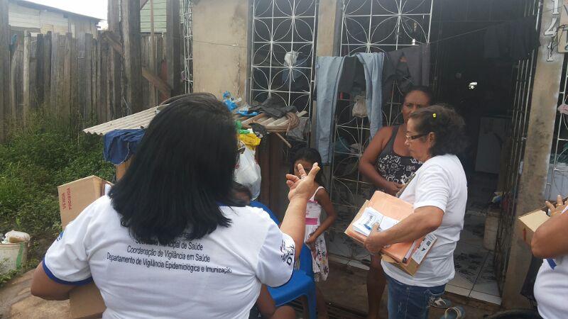 Equipes entregam hipoclorito e panfletos sobre prevençao