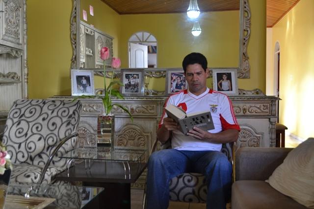 Coelho passa os dias lendo, esperando ser chamado um dia para voltar às investigações